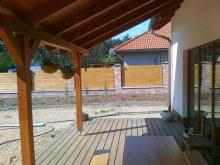 Dubové terasové podlahy hladký povrch pod střechou
