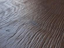 Hrubě kartáčovaný povrch detail